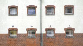 Nummerierte und vergitterte Fenster der JVA Neumünster