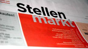 """Das Wort """"Stellenmarkt"""" in schwarz und orange und Großbuchstaben geschrieben"""