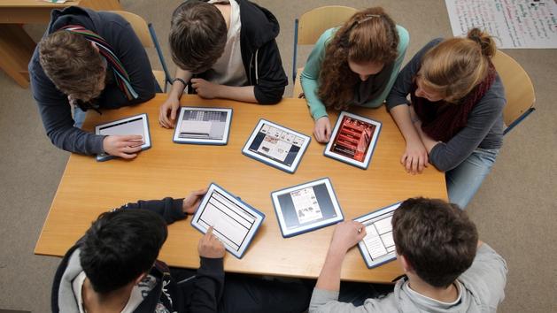 Ein Gruppe Schüler benutzen im Unterricht Tablet-PCs