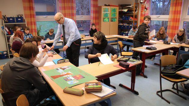 Ein Lehrer unterrichtet eine Schulklasse