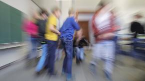 Ein verwischtes Bild von Schülern in einem Klassenraum