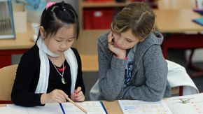Eine asiatische und eine deutsche Schülerin lernen gemeinsam