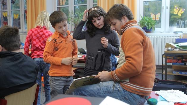 Schüler und Lehrer im Gespräch