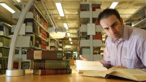 Ein Student lernt in der Bibliothek