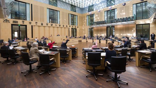 Plenarsaal im Bundesrat, nur jede zweite Bank ist besetzt.
