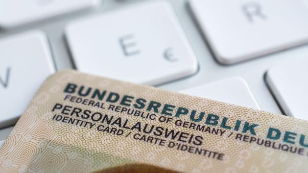 Ein Personalausweis liegt auf einer Tastatur.