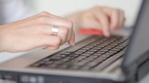 Finger auf Tastatur