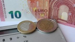 Geldscheine, Geldmünzen und Taschenrechner