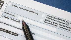 Einkommensteuererklärungsvordruck mit Stift