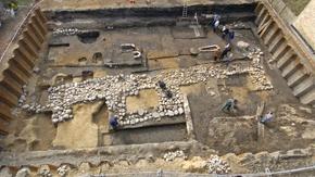 Blick von oben auf ein Ausgrabungsgelände