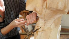 Ein Bildhauerin arbeitet an einer Skulptur