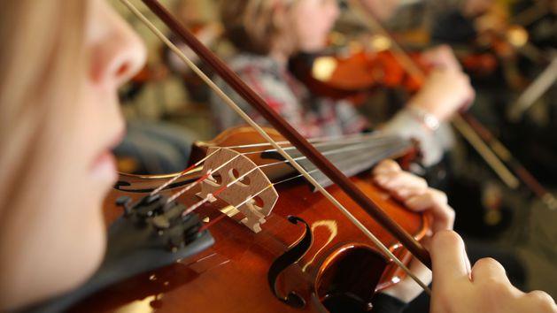 Eine Frau spielt Geige