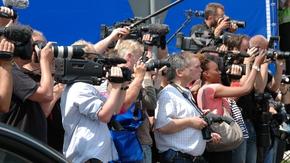 Eine Reihe filmender und fotografierender Journalisten mit Kameras