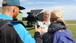 Eine Frau wird interviewt und dabei von einem Mann gefilmt.