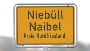 Zweisprachiges Ortsschild von Niebüll in friesischer und hochdeutscher Sprache