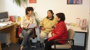 Zwei asiatische Frauen sitzen im Beratungsgespräch.
