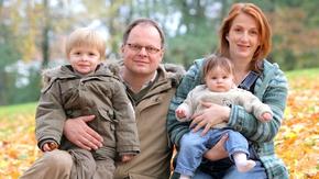 vierköpfige Familie in einem herbstlichen Park