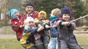 Eine Gruppe Kinder beim Tauziehen