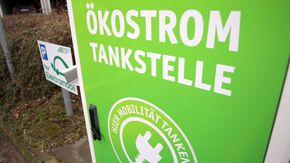 """Eine Ladestation für Elektrofahrzeuge mit der Aufschrift """"Ökostromtankstelle"""""""