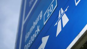Ein blaues Autobahnschild mit weißer A-20-Aufschrift