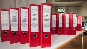 Planfeststellungsunterlagen in roten Aktenordnern zum Neubau der Festen Fehmarnbeltquerung von Puttgarden nach Rodby