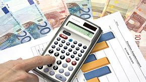 Geldscheine, Diagramm und Finger auf Taschenrechner  Foto:© Thorben Wengert / www.pixelio.de