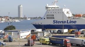 Lastwagen im Travemünder Hafen vor einem Schiff der Stena Line