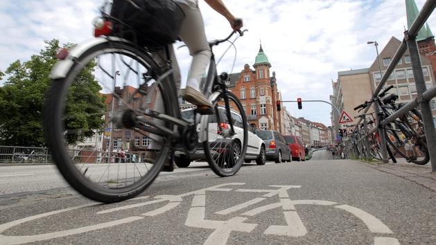 Ein Radfahrer auf einer Straße in der Lübecker Altstadt