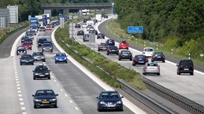 Blick auf eine befahrene Autobahn