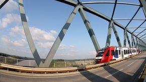 Eine Bahn fährt über eine Brücke