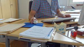 Ein Mann arbeitet an einem Schreibtisch