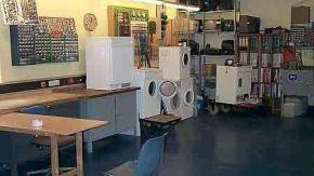 Ein Raum mit einigen Waschmaschinen und Kühlschränken.