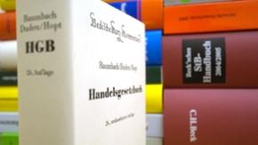 Ein Stapel Bücher. Im Vordergrund das Handelsgesetzbuch