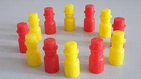 Gelbe und rote Spielfiguren biilden einen Kreis