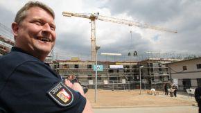 Ein Justizbeamter vor einer Baustelle