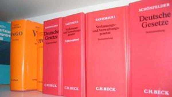 Eine Reihe Gesetzbücher in einem Regal