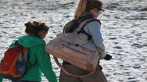 Eine Frau und ein Kind gehen spazieren
