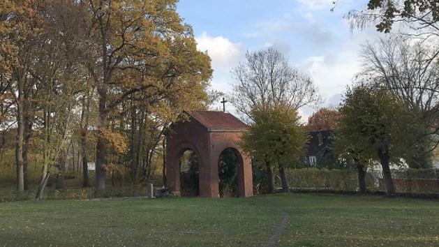 Einer der Eingänge auf dem historischen Friedhof Bad Oldesloe.