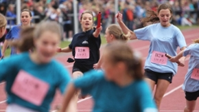 Mädchen beim Staffellauf