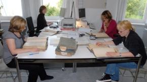 Vier Praktikantinnen im Ausbildungszimmer des Landesarchivs Schleswig-Holstein
