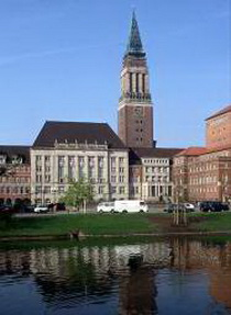 Blick über den Kleinen Kiel auf das Kieler Rathaus
