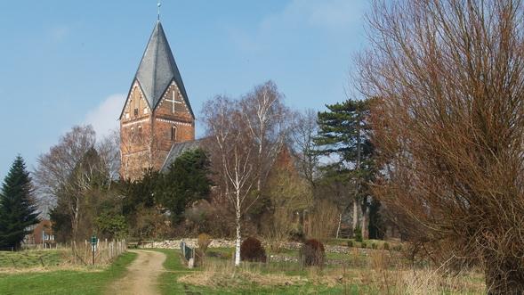 Blick auf die Kirche in Altenkrempe von Osten, im Vordergrund der alte Kirchensteg