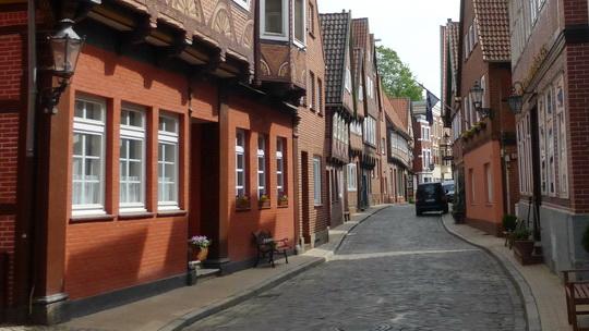 Blick in die Elbstraße in Lauenburg mit der Fachwerkbebauung rechts und links