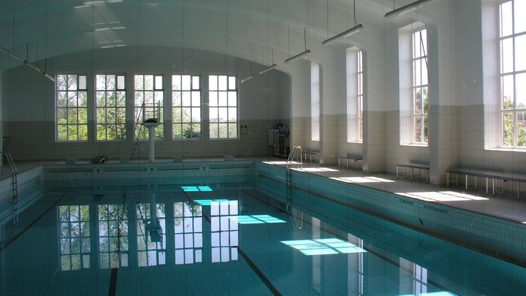 Blick in das Schwimmbecken des Schwimmbads der ehem. Kaserne in List/Sylt