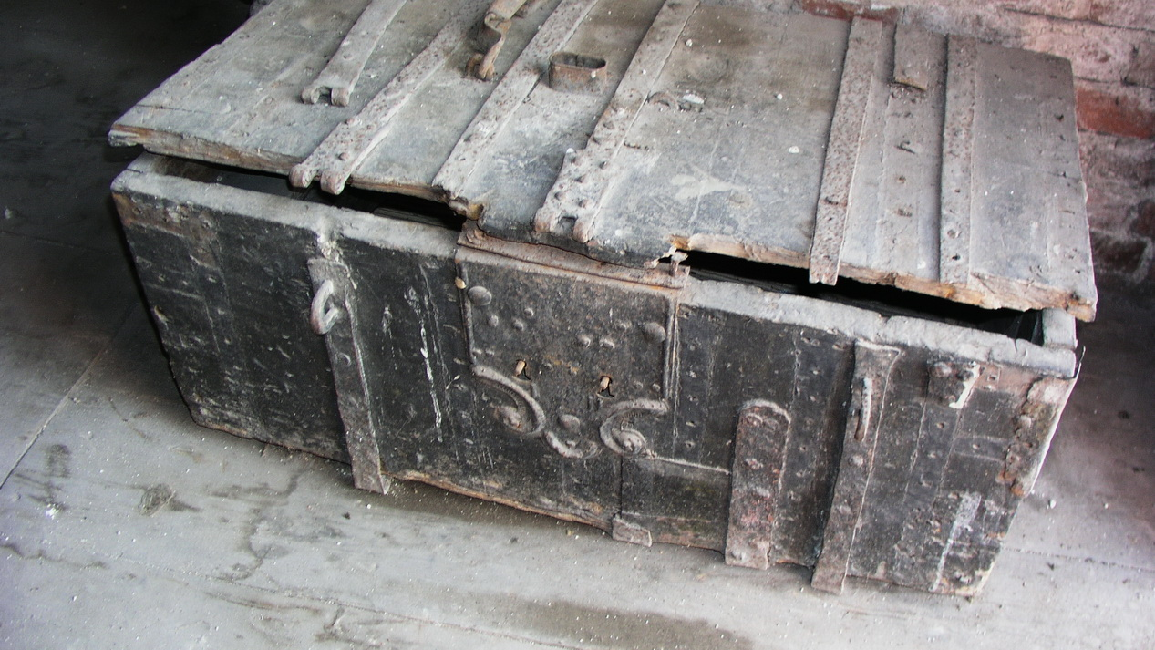 Eisenbeschlagene Kiste in der Kirche in Neustadt/Ostholstein