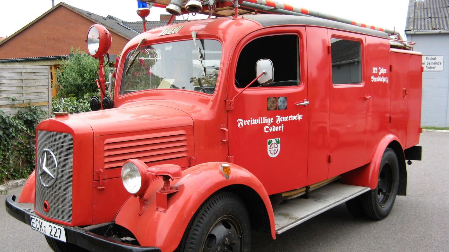 Historisches, rotes Feuerwehrauto in Oppendorf