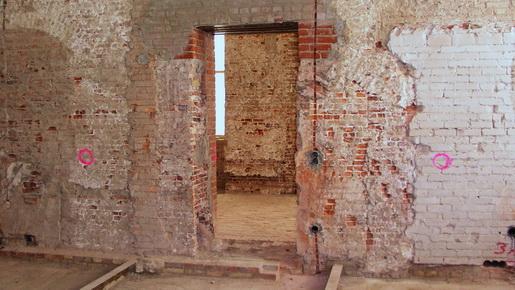 Vom Putz befreite Wand mit Baubefunden im Plöner Schloss
