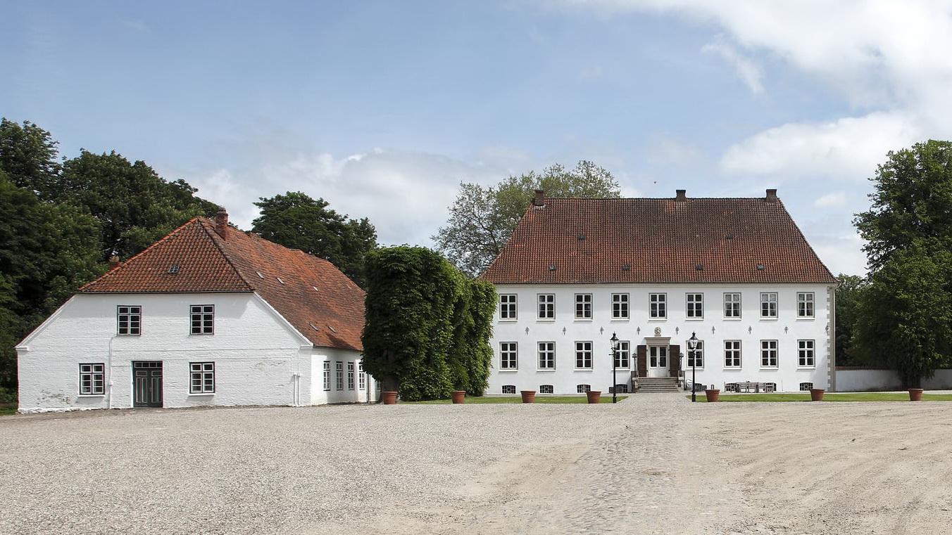 Blick über den Hof auf Herrenhaus Wulfshagen und Nebengebäude