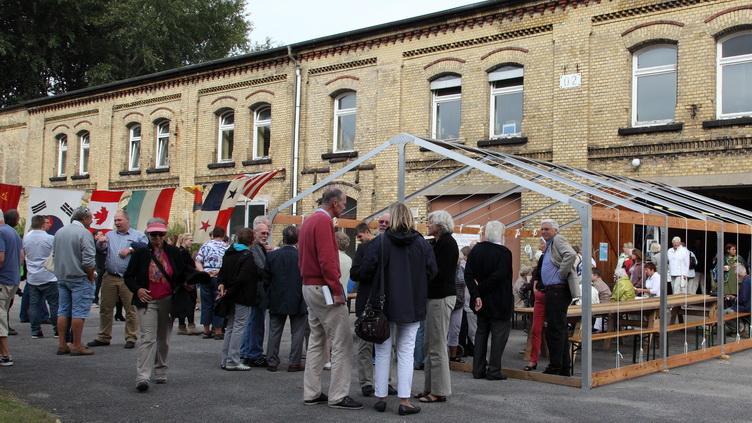 Besucher vor einem Gebäude der Festung Kiel-Friedrichsort am Tag des offenen Denkmals 2013