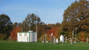 Messgeräte zur Erfassung der Luftqualität am Waldrand